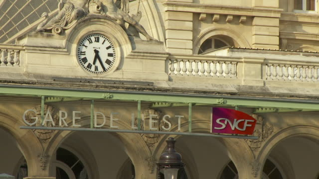 vidéos et rushes de cu facade of gare de l'est railway station with clock, paris, france - station