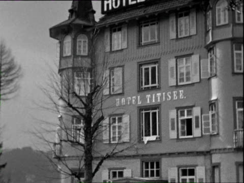 stockvideo's en b-roll-footage met 1935 b/w ws tu td facade of hotel titisee, upscale cars parked outside / black forrest, germany - westers schrift