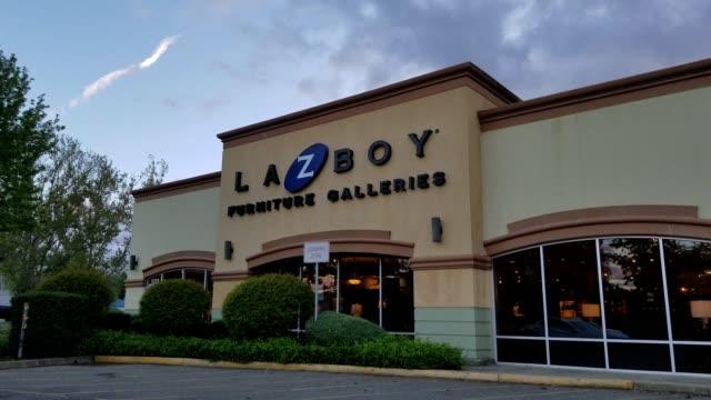vídeos de stock, filmes e b-roll de facade of la z boy furniture store at dusk in dublin california april 16 2018 - equipamento doméstico