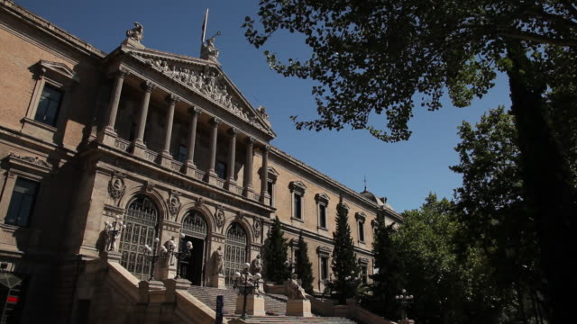 vídeos de stock e filmes b-roll de ws facade of national library / madrid, spain - biblioteca