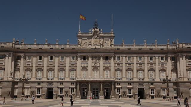 vídeos y material grabado en eventos de stock de ws facade of royal palace / madrid, spain - authority