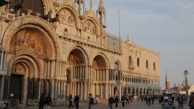 ws facade of st mark's basilica at sunset / venice, veneto, italy - besichtigung stock-videos und b-roll-filmmaterial