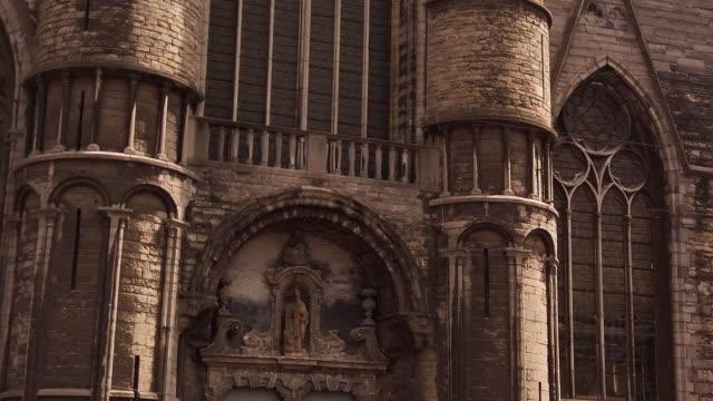 stockvideo's en b-roll-footage met gevel van sinterklaaskerk en bellen in korenmarkt - kathedraal
