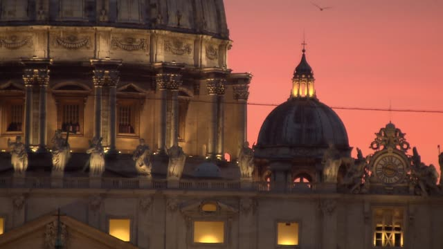 stockvideo's en b-roll-footage met facade of st. peter's basilica - apostle sculptures and clock - apostel