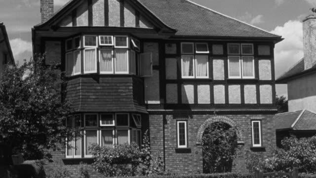 vídeos de stock e filmes b-roll de 1946 montage facade of suburban imitation tudor houses / united kingdom - tudor