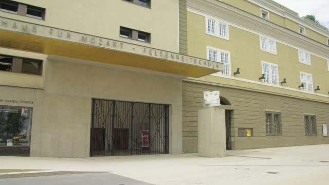 vidéos et rushes de pan facade of the festspielhaus (festival hall), venue of the famous salzburg music festival - audience de festival