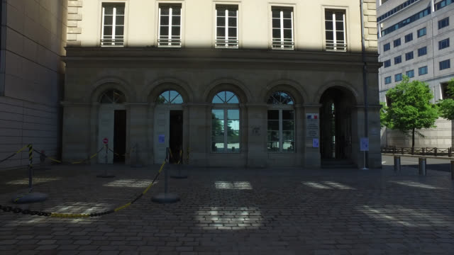 stockvideo's en b-roll-footage met facade of the ministry of economy finance and budget may 6 2020 in paris france - gevel