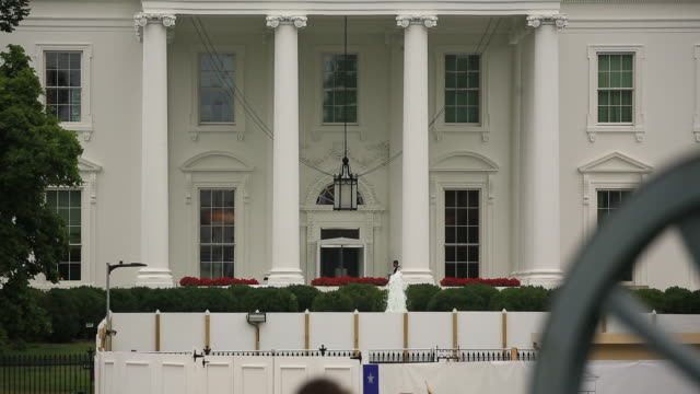 facade of the white house in washington, d.c., u.s., on tuesday, august 13, 2019. the trump administration announced today it will delay until... - la casa bianca washington dc video stock e b–roll
