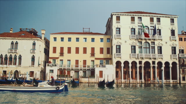 stockvideo's en b-roll-footage met ws - facades across grand canal, boats passing by - passagiersboot