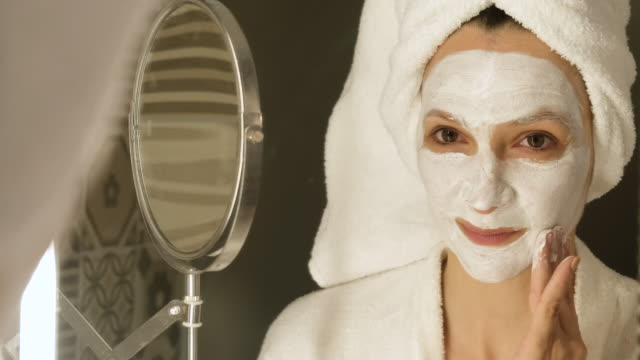 vídeos de stock e filmes b-roll de face care - máscara facial