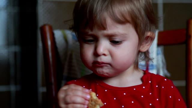 乾燥パンを食べる赤ちゃんの顔のクローズ アップ