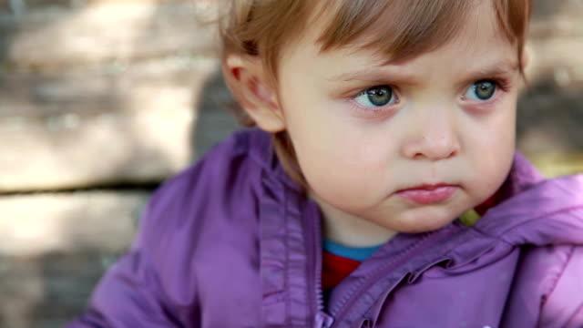 faccia primo-up di un bambino che mette il dito sulle labbra - silenzio video stock e b–roll