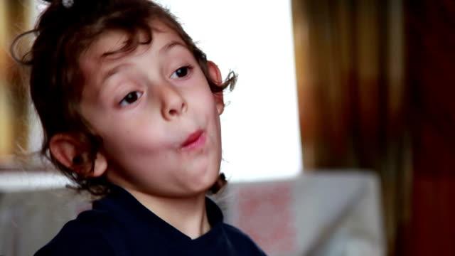 stockvideo's en b-roll-footage met close-up van het gezicht van een kind de wafel eten - kauwen
