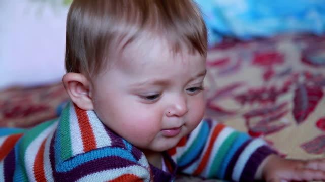 vidéos et rushes de gros plan de visage d'un bébé curieux - série d'émotions