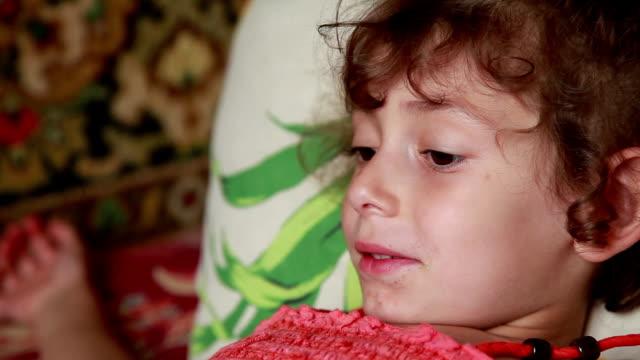 vídeos de stock e filmes b-roll de face close-up of a demanding child - encomendar