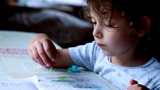 水彩画と絵画少女の顔クローズ アップ - 横顔点の映像素材/bロール