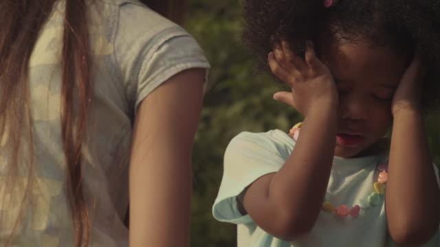 vídeos y material grabado en eventos de stock de cara primer plano de una niña triste - bullying