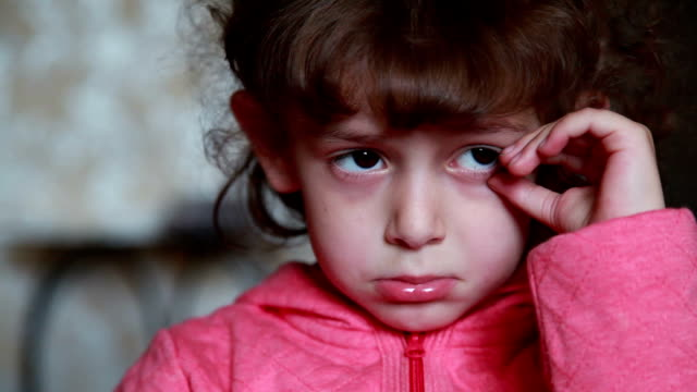 face close-up of a sad little girl - tristezza video stock e b–roll