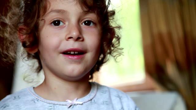 vídeos de stock, filmes e b-roll de close-up de rosto de uma menina surpresa - cabelo encaracolado