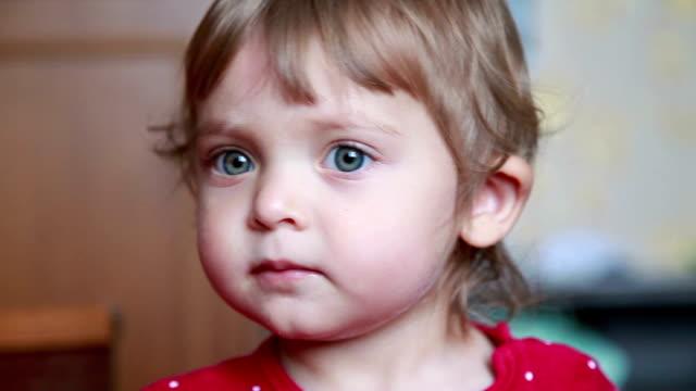 vídeos de stock, filmes e b-roll de close-up de rosto de bebê sorridente feliz - olhos azuis
