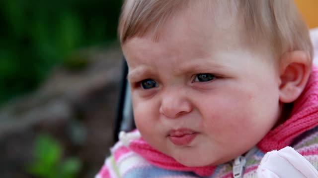 女の不幸な赤ちゃんの顔のクローズ アップ - 口を尖らせる点の映像素材/bロール