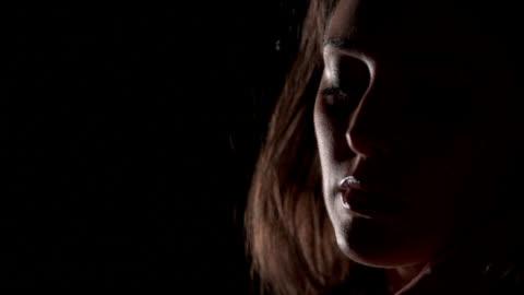 stockvideo's en b-roll-footage met gezichtsmodel - black background