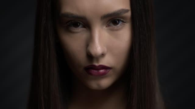 stockvideo's en b-roll-footage met gezicht van een mooi donkerbruin meisje. make-up. - bruine ogen
