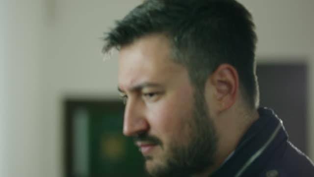 Gesicht eines Geschäftsmannes vor Amtsantritt 4K