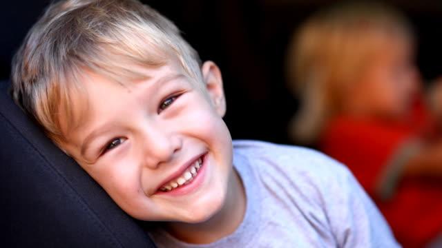 顔、ハッピーな少年 - 4歳から5歳点の映像素材/bロール