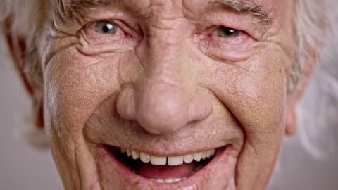 ansikte av en skrattande senior kaukasiska man - le bildbanksvideor och videomaterial från bakom kulisserna