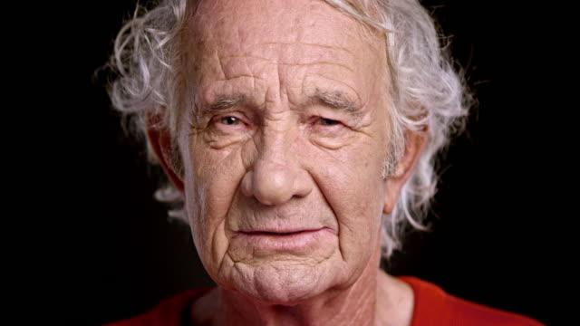 Gesicht der ein alter europäischer Abstammung Mann spricht Ernst
