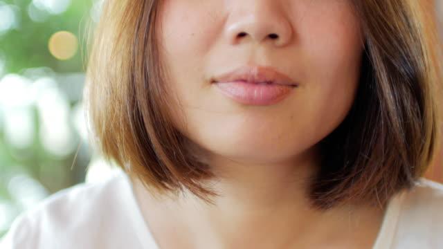 vídeos de stock, filmes e b-roll de rosto de mulher asiática, comer bife com fundo verde - asiático