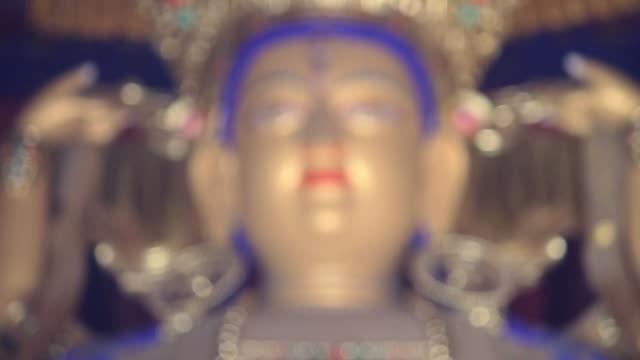 vídeos de stock e filmes b-roll de r/f cu ls face of buddha statue/xian,shaanxi,china - figura masculina