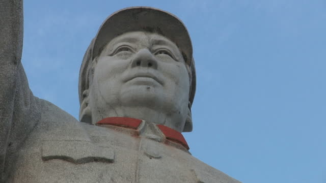 stockvideo's en b-roll-footage met t/l cu la face of mao zedong statue / yangshuo, guangxi, china - communisme
