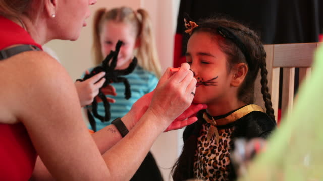 stockvideo's en b-roll-footage met face painting sessie - activiteit