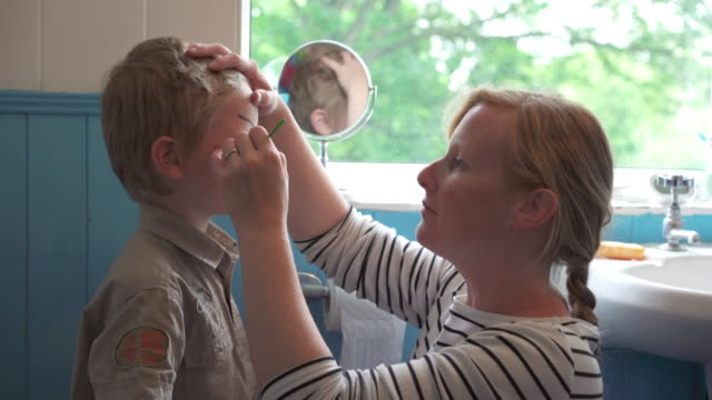 stockvideo's en b-roll-footage met face painting - caucasian ethnicity