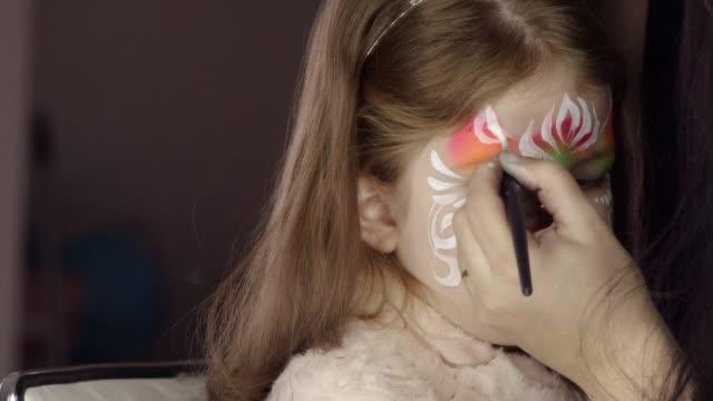 vídeos de stock, filmes e b-roll de pintura de rosto - fada