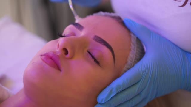 vídeos y material grabado en eventos de stock de peeling facial - buena condición