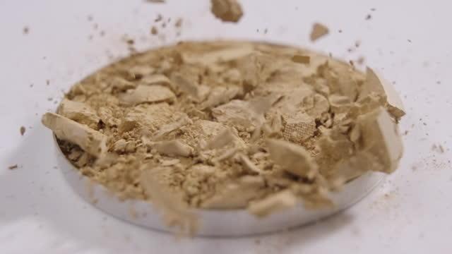 vídeos de stock e filmes b-roll de face powder puff drop exploding in slow motion - blush