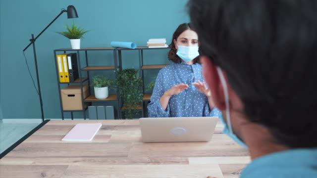vídeos de stock e filmes b-roll de face to face discussion in the office. - conselho
