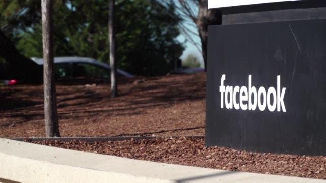facebook esta en el centro de un escandalo que podria amenazar incluso su modelo comercial tras conocerse que una empresa britanica relacionada con... - centro comercial stock videos & royalty-free footage
