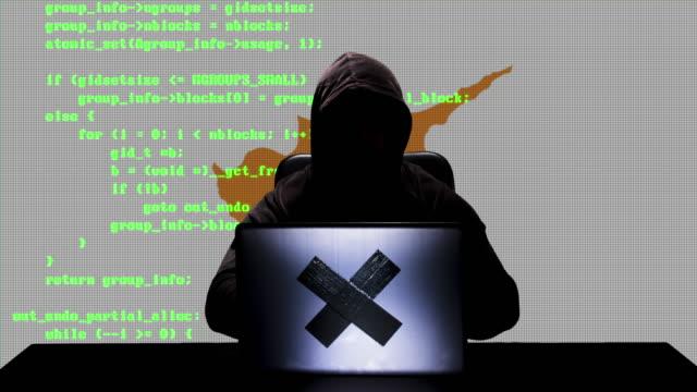 gesichtslose zypriotische hacker typisieren code hacking auf seinem laptop mit zypern-flagge im hintergrund - schwarzes hemd stock-videos und b-roll-filmmaterial