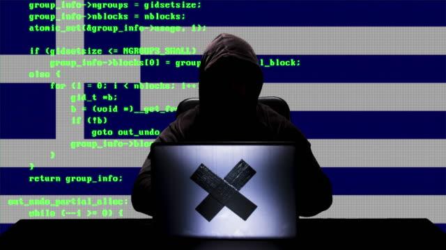 gesichtslose griechische hacker typisieren code hacking auf seinem laptop mit griechenland-flagge im hintergrund - schwarzes hemd stock-videos und b-roll-filmmaterial