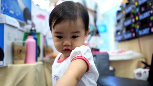 facial expression by asian little girl - soltanto un neonato maschio video stock e b–roll