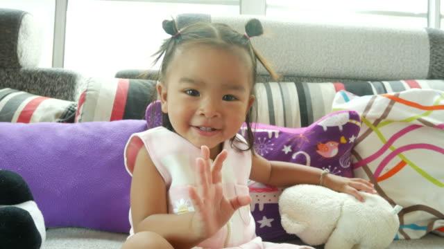 ansiktsuttryck av asiatiska liten flicka - endast en flickbaby bildbanksvideor och videomaterial från bakom kulisserna