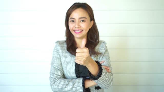 gesichtsausdruck durch asiatische reife frau, gut und erfolgreich anmelden, daumen hoch - moderator stock-videos und b-roll-filmmaterial