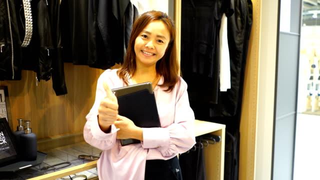 Gesichtsausdruck von zuversichtlich Modedesigner arbeiten mit Digital-Tablette, gutes Zeichen