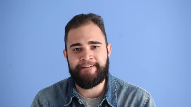 Ansiktsuttryck av arg vuxen Man på blå bakgrund