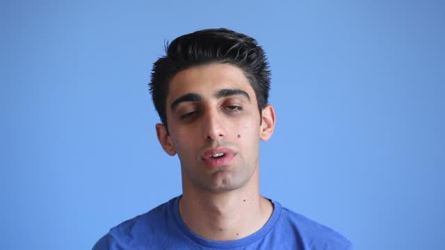 vídeos y material grabado en eventos de stock de expresión facial de hombre aburrido adultos en fondo azul - aburrimiento
