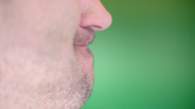 vídeos y material grabado en eventos de stock de expresiones faciales - maldad